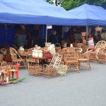 Ekspozycja wyrobów zwikliny ustawiona naziemi, podniebieskimi namiotami