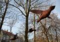 Trzy ptaki wykonane z wikliny zawieszone między drzewami