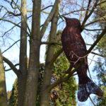 Ptak wykonany zwikliny umocowany nagałęzi drzewa