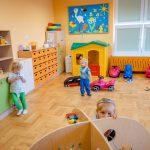 Trójka dzieci bawi się wpomieszczeniu pełnym zabawek